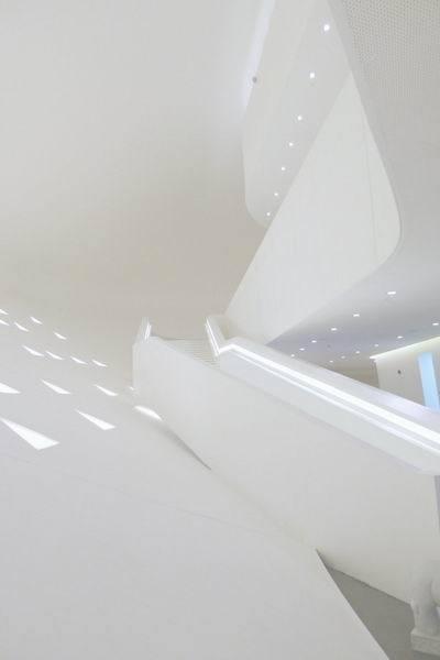 设计,概念汽车的展示.展馆的室内设计依赖于一个连续 的白色