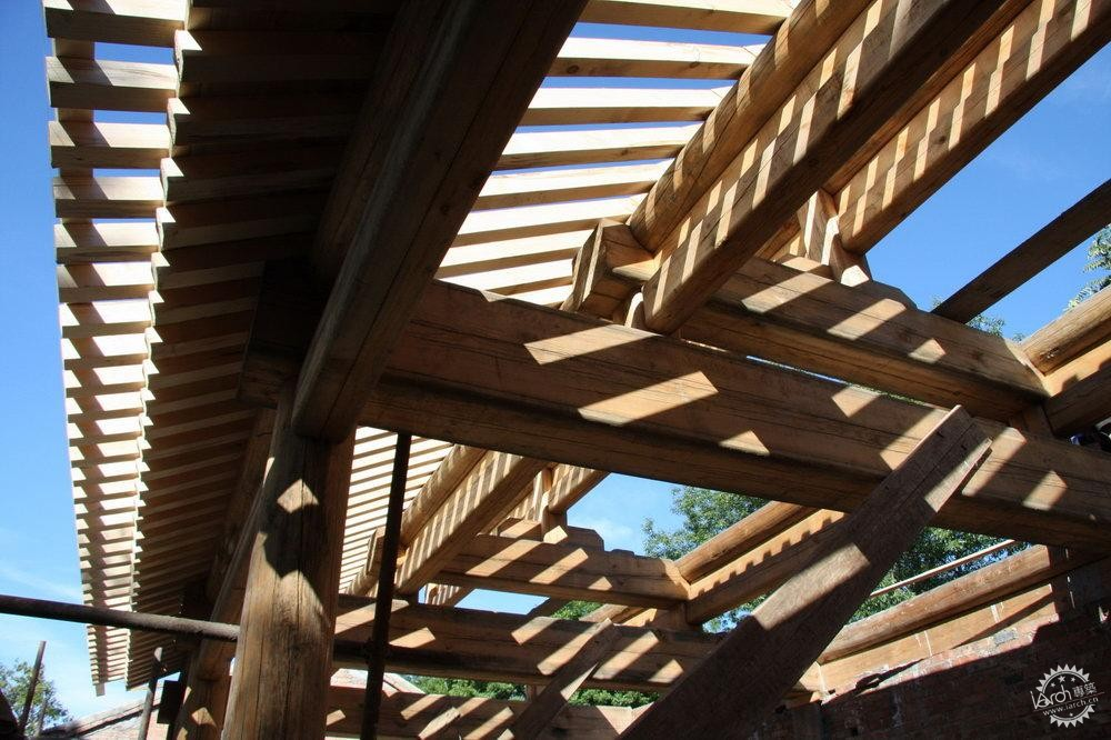 仍然采用中国传统建筑的木梁柱和瓦屋顶结构