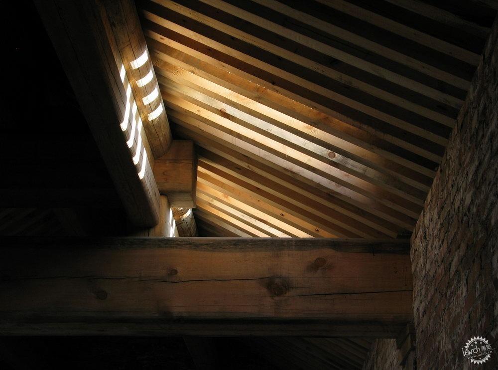 的木梁柱和瓦屋顶结构