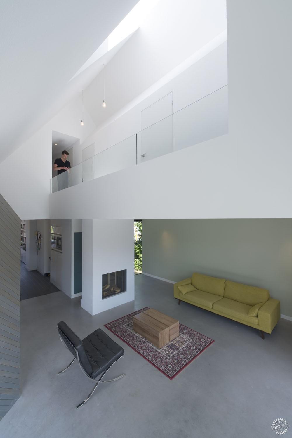 烟囱部分是房顶设计的点睛之笔,它被重新设计,将采光天窗和采光井的