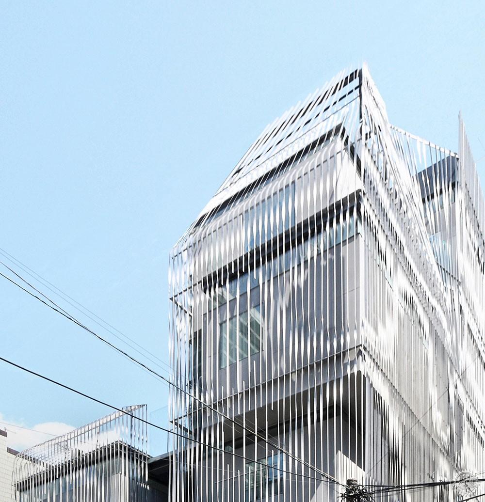你是如何接近韩国首尔的设计风格的?请描述一下建筑的过程。 首尔是一座既高度全球化又高度本土化的城市。客户和大众都很精通在设计过程中的文化潮流,协作精神,设计理念。尽管材料和技术大部分都是本土化,但是也是受国际的影响,并被寄予厚望。另一方面,首尔拥有严格的管制区和级别代码的限制,不仅是具体到每一个城市,而且还设计到从微型到特殊城市的地区。这需要细致的监管条例和公共流程。在建设过程而言,时间安排和现场协调呈现的强度和西方模式大相径庭,并要求日常管理,高水平的执行工作。这种本土和全球性的建筑要求建筑师具备博学