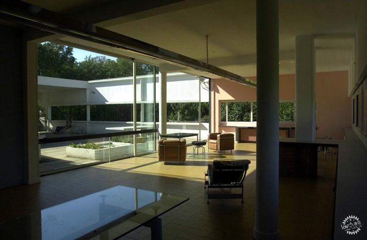 建筑室内外都没有装饰线脚,用了一些曲线形墙体以萨伏伊别墅采用了钢筋混凝土框架结构,平面和空间布局自由,空间相互穿插,内外彼此贯通。别墅轮廓简单,像一个白色的方盒子被?#38050;?#25903;起。水平长窗平阔舒展,外墙光洁,无任何装饰,但光影变化丰富。别墅外形简单,但内部空间复杂,如同一个内部精巧镂空的几何体,又好像一架复杂的机器,萨伏伊别墅是勒.