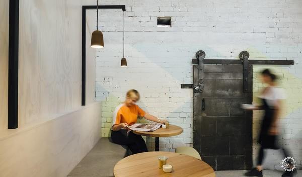 咖啡店收银吧台装修图-修理房质感变身咖啡馆 墨尔本Code Black coffee 打造在地实验性咖