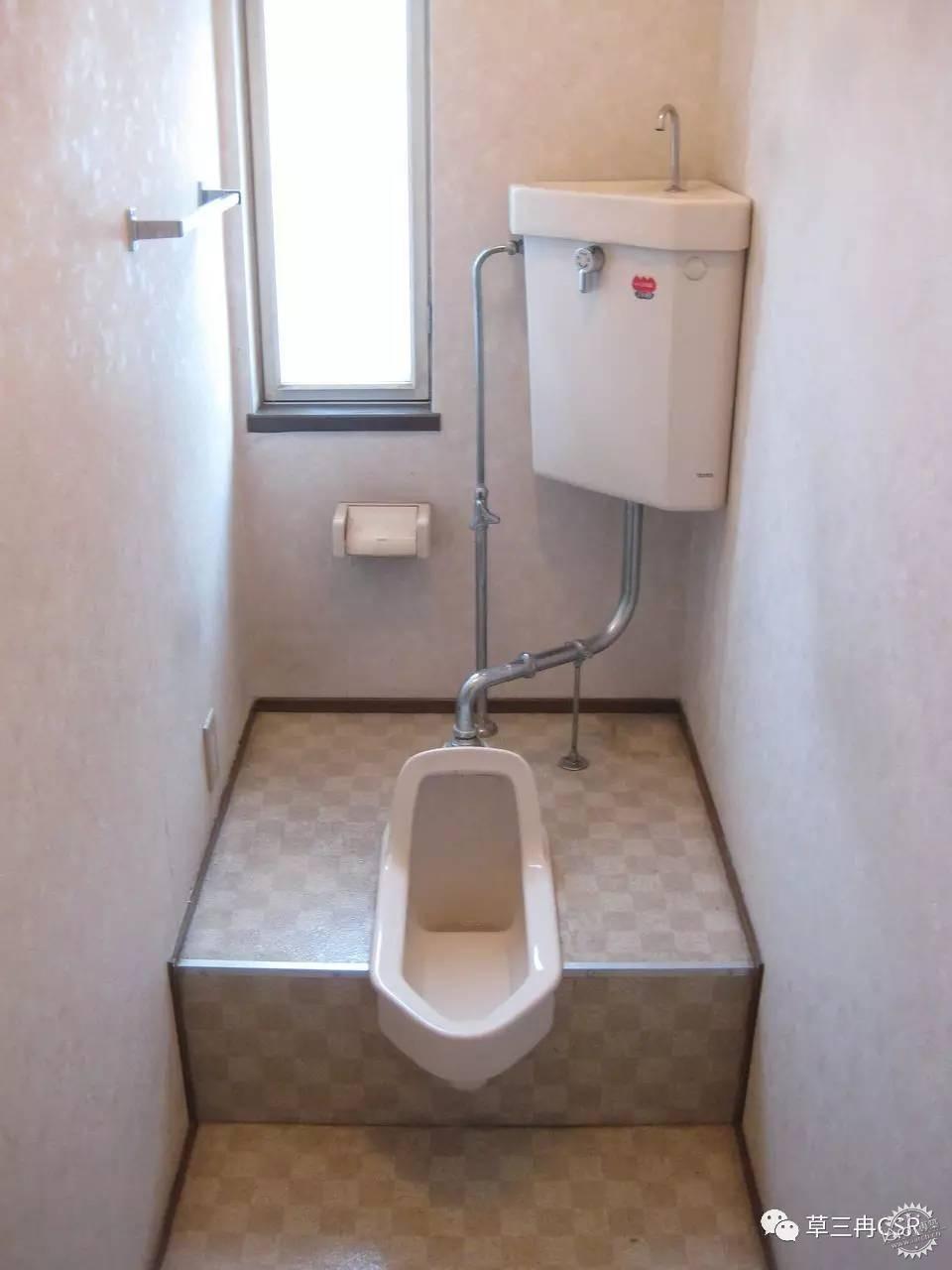 首先,淋浴时花洒喷出的水花溅到马桶盖上,给下一位如厕的人造成尴尬;或淋浴完毕,所形成的水蒸气不会一时散去,容易在马桶壁上形成滑垢,日积月累定会成为细菌滋生的温床;更不用说人多的家庭容易堵车,只要一人洗澡,其它人都无法如厕、洗漱。 这些问题起初我们都可以接受,毕竟比起没有厕所的房子确实好了不少。但近几年随着我们对生活的要求越来越高,对尴尬的容忍度越来越低,不少人去日本体验过分离式马桶后,开始觉出独立马桶间的好来。 独立卫生间提高了家庭使用效率,也更加卫生,还不用担心用电安全(针对智能马桶),除此之外还大大