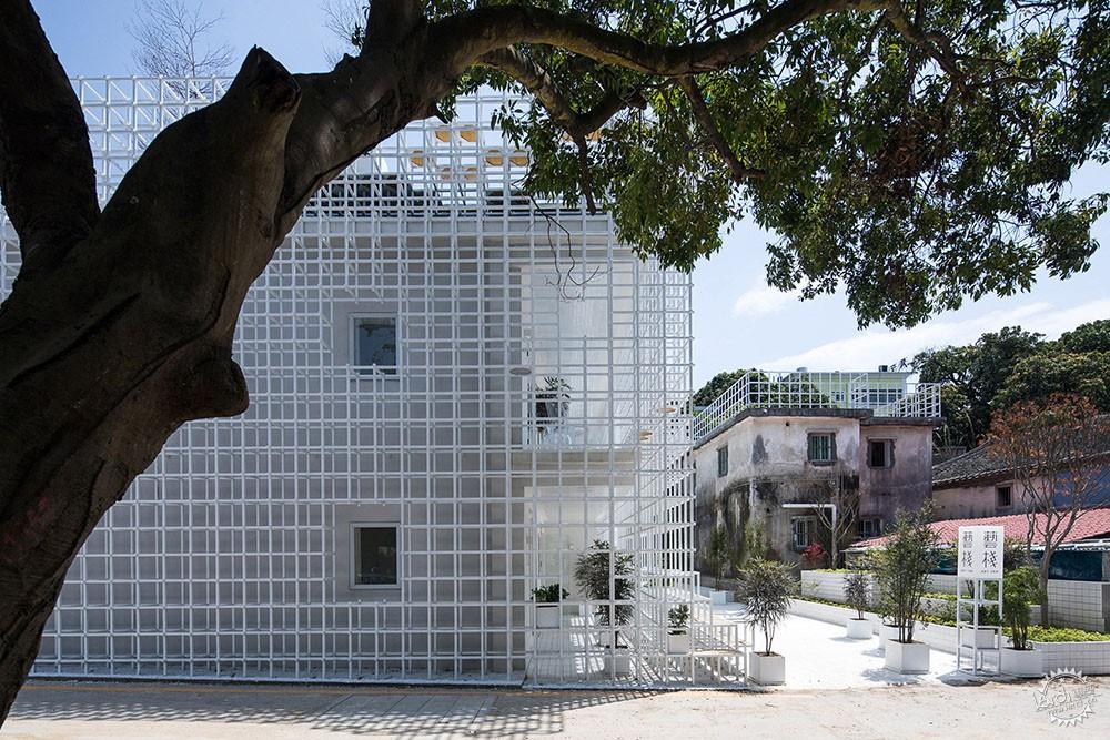 住在白色格栅里的建筑,有种浓郁的文艺气息|深圳艺栈建筑改造第3张图片