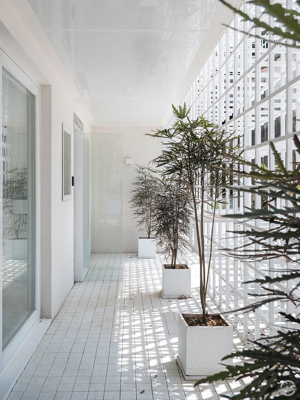 住在白色格栅里的建筑,有种浓郁的文艺气息|深圳艺栈建筑改造第7张图片