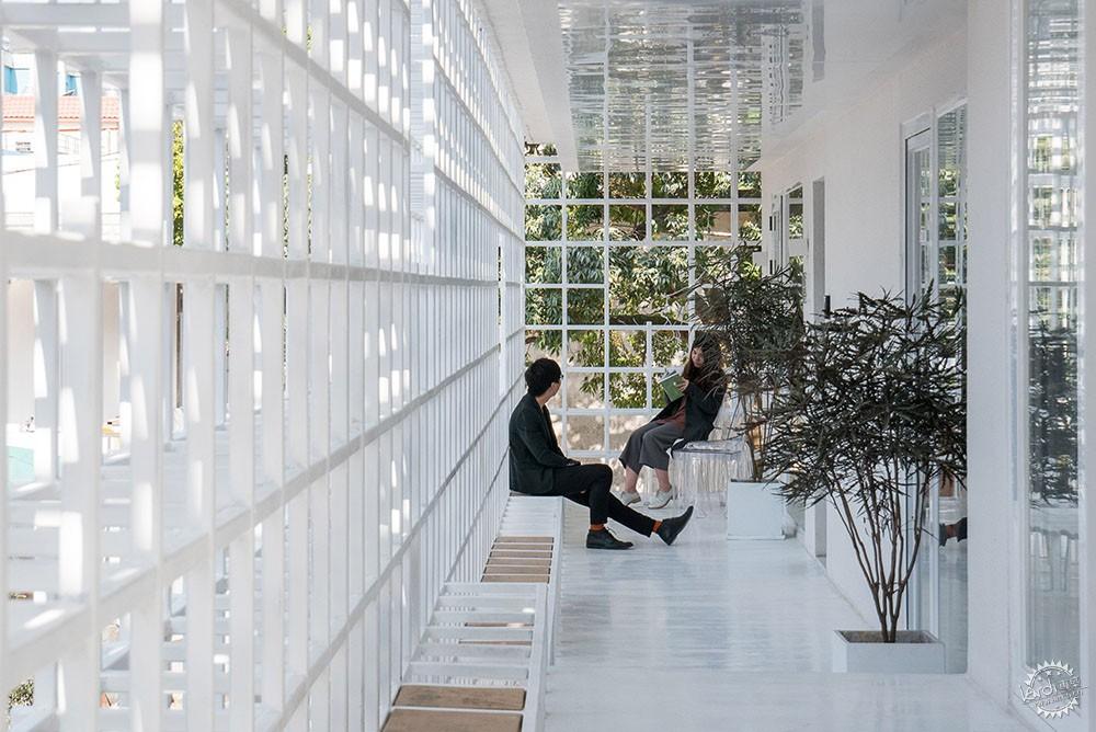 住在白色格栅里的建筑,有种浓郁的文艺气息|深圳艺栈建筑改造第12张图片