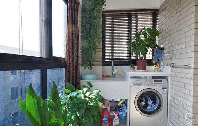 设计三:多功能实用阳台 家里居住的人数较多,把阳台改造成一个具有多个功能的空间是最好的。在阳台上安装一个洗手台,缓解了家人早上洗漱的烦恼,还可以在阳台上清洗一些小件的衣物,用剩余的木料做几个收纳的架子,用于收纳一些零碎的小物件,还做了三个相框,记者觉得安装一个镜子在木板上更实用些。