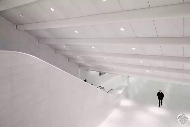 车站内除了白色的钢结构,它的屋顶,地面,墙面,都是以白色为主.