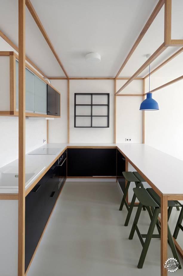 厨房被新设计的定制家具取代一张u字形的台面由烹饪区伸延至用餐区