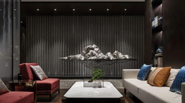室内,以洽谈区视觉为造景原点,设计师将水吧台,浮山装置,古筝区与浮雕