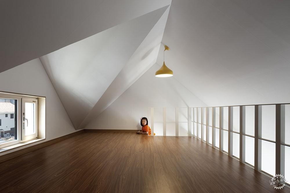 充分利用山墙屋顶,房间形成不同的三角形截面.