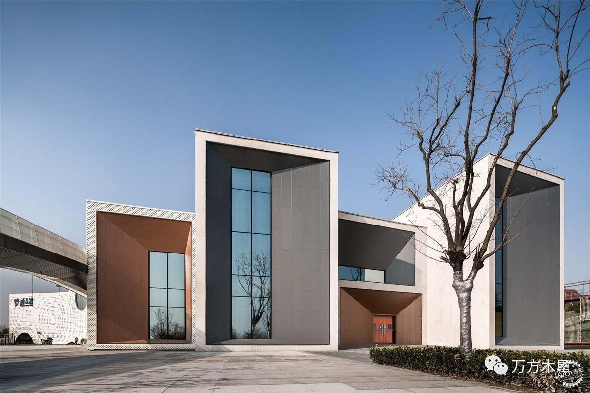 建筑的外立面设计为彩色的抽象水纹图案,水纹取自环境,色彩基于儿童
