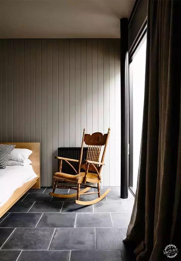 将木板垂铺设在墙面上   简洁大气,施工也简单   尤其适合现在的