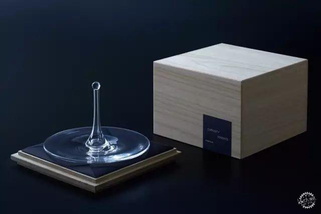 这些作品既可以作为单个容器,也可以拼接在一起,构成不同的形状.