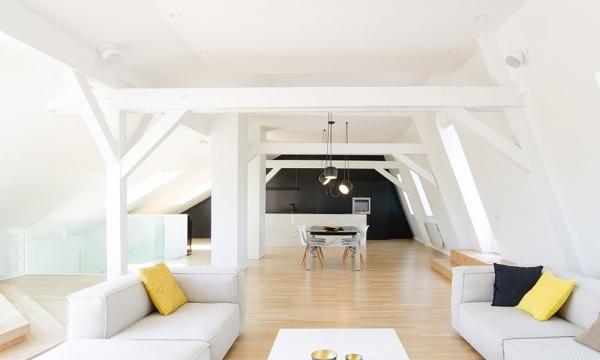 15 米高、6 吨重的钢柱上面覆盖了呈各种角度折叠的不锈钢表面,形成了带有扭转韵律感的动感外壳。 1994年成立的Dietrich | Untertrifaller Architekten 作为奥地利福拉尔贝格州的标志性机构,合伙人赫尔穆特迪特里希(Helmut Dietrich)和Much Untertrifaller 曾在2006年建设了维也纳大厅的F 厅等知名建筑,他们以木质材料的设计出名,与工程师、施工人员及合作商有着良好的合作;Rey-Lucquetet Associs 则是在建筑创新和拓